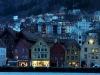 Nočni Bryggen - del starega mesta z znanimi lesenimi bajturinami