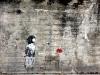 Deklica in cvet, grafit na poti domov